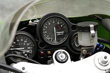 400マルチでレッドゾーン1万4000rpmオーバー。当時としては驚きだったが、現代では1000ccクラスでもレッドゾーンは1万rpm以上だ。