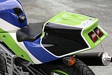 最終的なダクト処理はユーザーに委ねたのか?この時代のSP系モデルはライバル車もシングルシートカウルを装備していた。FRP製パーツだ。