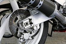 ヤマハOW01での採用以降、Vブロック式のドライブチェーンアジャスターはOWタイプと呼ばれるようになった。