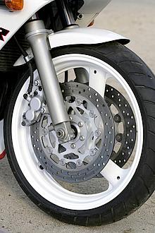 同年式でもカワサキZXR400では倒立式フロントフォークが採用されていたが、ヤマハFZR400RRでは正立式を採用。ヤマハのこだわりだろう。