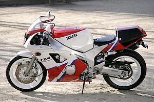 90年モデルのSPはパールホワイトベースに赤グラフィックのヤマハカラー。94年モデルはパープルのグラフィックが追加された。