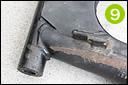 スイングアームの付け根溶接部分にクラックが発生している車両が見られる。駆動力で引っ張られるチェーン側がほとんどで、外側から目視で確認できるため、念のため確認しよう。