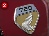 サイドカバーエンブレムはK0のみダイヤカットバッヂ+ウイングマークだった。750の文字が誇らしげに感じる。
