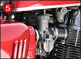 1本のスロットルワイヤーが分岐して4本になるK0専用キャブレター。70年モデルのK0後期から強制開閉式キャブレターにアップデートされている。