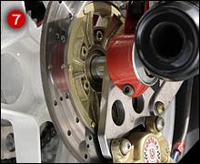 リアディスク&キャリパーもフォンタナ製。この時代にリアローターを小径にしていたのはイタリアンバイクだけだ。