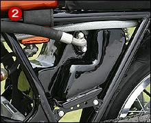 ドライサンプのオイルタンクはアルミ製でシート下にレイアウトされる。タンク内部でオイルが泡立たないように、内部へ導かれたオイルラインは底板付近で排出される。
