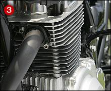 大柄なエンジンをスリムにする=全面投影面積を減らすため、シリンダーヘッドの冷却フィンを削り込み、FRP製フルカウルはエンジンギリギリにまで押し寄せられている。