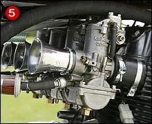 RSCキットのCR750キャブレターはベンチュリ径φ31mm。砂型ボディーでスターターティクラー仕様は60sのホンダレーシングお約束パーツである。