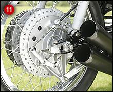 大型ライニングを持つリア用レーシングドラムブレーキ。CB500RやCB350Rにも、同タイプのドラムブレーキが採用されていた。