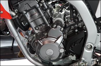 CBR250Rとオーバーラップして開発されたエンジンは、オフロード性能を考慮した特性が与えられている。