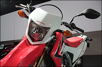 グローバルモデルとして各国の法規制に対応すべく大型化されたヘッドライトはミリ単位でデザインバランスの調整がされている。