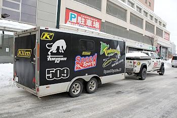 日本の道路事情に合わせてカスタムされたアルミトレーラー内には、マウンテンホースに換装されたバイクが3台収まる。このアルミトレーラーもSpeedSports.JPで購入可能。