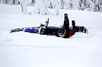 当のぼくは、というと……。雪面にダイブ! 止まっては転び、曲がっては転び、体力が無くなっては転び。まあよく転びました。でも、路面がパウダースノーなので怪我も痛みもまったく無く、身体が沈むのでバイクに押し潰される事も皆無。レバーが曲がるなどのトラブルも無かった。