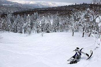 『どこまでも広がる雄大なパウダースノーすべてがフィールドで、それが自分のものになる。この魅力に逆らえる人はいないだろう。』と書くと美しいが、実はこのカット、撮影担当の丸山が道に迷い、挙句キャタピラーを深く雪に埋めてしまい往生した時の1枚。数分後、アンドレスさんに発見され、事無きを得た。