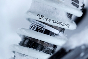 キャタピラーユニットには2本のサスペンションユニットが備わる。バギーなどオフロード分野で有名なFOX Racing Shox製(米国)。