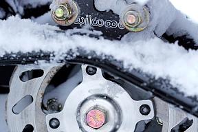 キャタピラーユニットにはディスクブレーキも備わるが、キャタピラーが雪面に喰い付き大きな抵抗を生むので、通常あまり出番は無い。