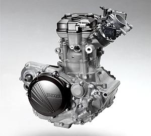 前方ストレート吸気& FI・後方排気レイアウトとなった、新開発の4ストローク 250cc エンジン。バルブは、吸排気で異径となる(4バルブ/チタン製)。挟み角を 23.75 度と狭く配し、コンパクトな燃焼室ともなる。
