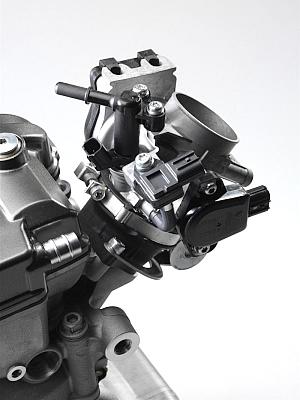 2014年モデルで YZ250F も、いよいよ燃料供給がフューエルインジェクションに変わった。前方吸気構造は空気の流れが直線的になり、吸気効率に優れるという。後傾エンジンなのでマス集中化も大きい。