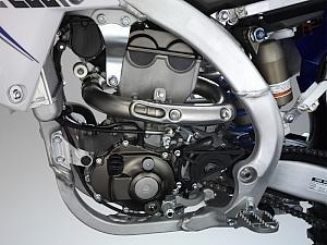 エキゾーストパイプが車体左側にも露出する事から、ヒートガードが左右に備わるようになる。オイル潤滑方式はウェットサンプとして軽量化とコンパクト化を図ったため、腰下が短いのも特徴。