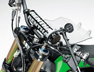 サスペンションのばねをコイルから空気に変えた事で、軽量化と容易な調整が可能になった PSF 構造を継続採用。ストローク後半部分でインナーチューブとスプリングの間で生じる摩擦抵抗が低減する効果もある。