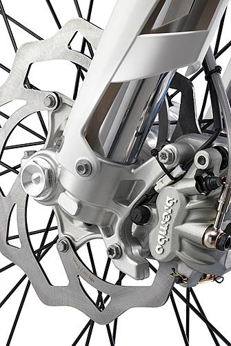 ブレーキは全車共通で、ブレンボ製。レバーフィーリングやマスターシリンダーが見直され、ブレーキパッドも新しい物に変更された。