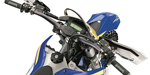 全車共通でトレイルテック社と共同開発した新しいスピードメーターを採用し、ポリマー性のハンドガードも装備する。