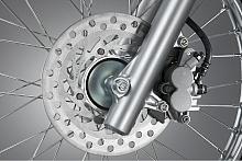 油圧式のディスクブレーキをフロントに新規採用し、ブレーキのコントロール性や充分な制動力、安定した制動フィーリングを実現した。ローター径はφ220mm。
