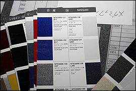 自動車用の純正色に関しては、塗料メーカーからカラーサンプルが発行されている。ソリッドでもメタリックでも、あるクルマの純正色を塗りたいという場合はこのサンプルをベースに依頼しても良い。ちなみにメタリック色の場合は粒度の異なるメタリックベースから、色見本に近いフレークを選び、そこから調色する。ただしメタリックは塗り方次第で仕上がりが変化するので、色が合っても見栄えが同じになるとは限らない。