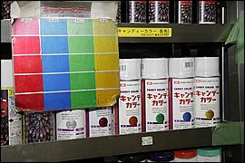 キャンディカラーは、商品左のテストピースのように塗り重ねる回数で色の具合がどんどん変わっていく。また内容的に顔料でなく染料のため、一般的に調色には向いていない。