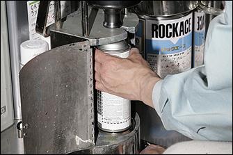 調色した塗料は手動の機械でスプレー缶に充填する。この缶は専用品で、内部にあらかじめガスと溶剤が入っている。調色済みの色やお気に入りの色がある場合、塗料を持ち込んで充填だけしてもらうことも可能。