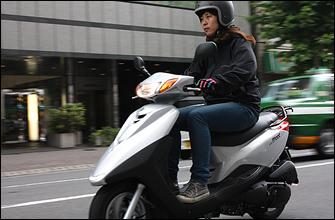 パワーはそこそこですがスピード感を求めるバイクではないので、必要 にして十分です。10インチという小径ホイールですが、凸凹した路面でも安定した走りをしてくれます。こんなこと言っていいのか分からないけど、バイク通勤をしている私は、毎朝125ccスクーターに負けている。そしてまた、通勤のライバルが増えてしまったってワケだ。
