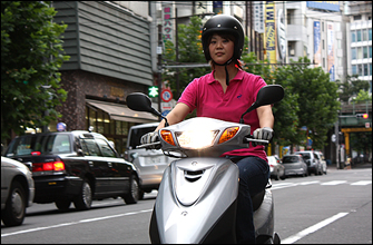 車体が軽いので、人通りの多い街中での頻繁な停止も安心してできました。あと、センタースタンドを初めて自信持って立てることができました。これも車体の軽さのお陰ですね。「都内を移動するには125ccのスクーターが一番便利」という評判はよく耳にしますが、低速走行も平気、回せば車の流れに乗れちゃうので、その言葉の意味が判るような気がしました。