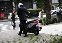 アクシス トリート最大の特徴はコンパクトなボディサイズ。重量も110kgと軽いため、街中でも不安なく扱えます。シート高も50cc並みなので足付き性が心配な女性でも安心。降りたあとの取り回しも楽に行えます。