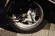 スロットルを開けていてもブレーキを握ると、動力が無くなる設定。安全対策なのかもしれないけど、極低速走行時にブレーキを使えないのは不便かな。