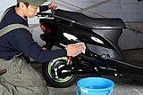 どんな乗り物であれ、洗車がメンテナンスの基本。洗車中に車両の異変に気が付くこともあるぞ!