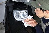 まずはヘッドライトのレンズに傷やヒビ割れが無いかチェック。表面の汚れはウエスで拭き取ろう。