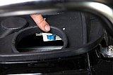 ブレーカースイッチは、シートを開いてすぐ目に入る場所に設置されている。もし写真のようにスイッチがOFFになっていたら指でONの位置まで戻そう。