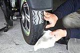 不意のパンク防止のために、タイヤをチェック。ヒビ割れや異物を確認しやすいように濡れ雑巾で表面を拭いておこう。