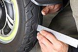 タイヤの溝が残っているか深さを見る。使用限度はタイヤ銘柄によって異なるので新車時に確認しておこう。