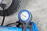 適正空気圧は2.0~2.2kPaだ。ゲージでしっかり確認しておこう。ガソリンスタンドなどでもチェックできるぞ。