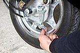 前後ブレーキには調整用ネジがあるので、遊びが多いと感じたら時計方向に締めこむ。レバーの握り心地を確認しながら締めよう。