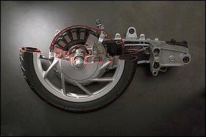 従来の車両でいうところのホイールハブ内にモーターを配置するインホイールモーター。写真はEC-03のカットモデルです。