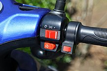 グリップ脇に装着されるのが回生ブレーキ! 効きは独特ですが、この価格でこの装備はかなりすごいことです。