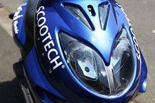 二眼タイプのヘッドライトはやっぱりカッコイイ。貼られているデカールはオプションです。5,250円(税込)