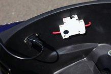 シート下のボックスにブレーカースイッチと充電プラグがセットされます。また、安全装備としてサイドスタンドスイッチも備えています。