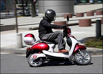 大柄な男性が乗るとさすがに小さく見えますが、女性には特にオススメのサイズといえます。オシャレに街を流して欲しいですね。