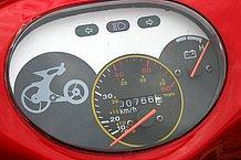 速度計とバッテリー残量計はアナログ式。誰にでも分かりやすいメーターはとても好感が持てます。