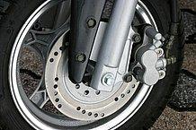 フロントブレーキにはディスクブレーキを採用しており、加減速が多い街中での使用でも不満はありません。