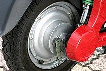リアブレーキはドラムブレーキですが、効きは十分といえます。タイヤのエアバルブは90度タイプを採用しています。