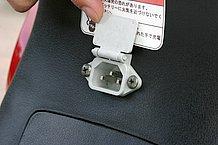 充電する際は、シート下のプラグにコードを差し込みます。このレイアウトは他の電動バイクと同じですね。